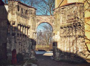 Nedokončený kostel Panny Marie a zámek Panenský Týnec
